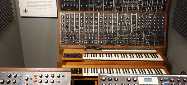 Moog_synthesizers_-_front_view,_Robert_Moog_booth_-_National_Inventors_Hall_of_Fame_and_Museum,_USPTO_building_in_Alexandria,_Virginia,_2014-09-24